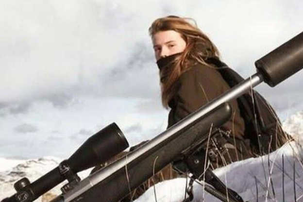 女大学生辍学远离现代生活 流浪孤岛成猎手