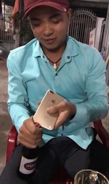 越男子在聚会上用手机开瓶炫技结果将手机折断