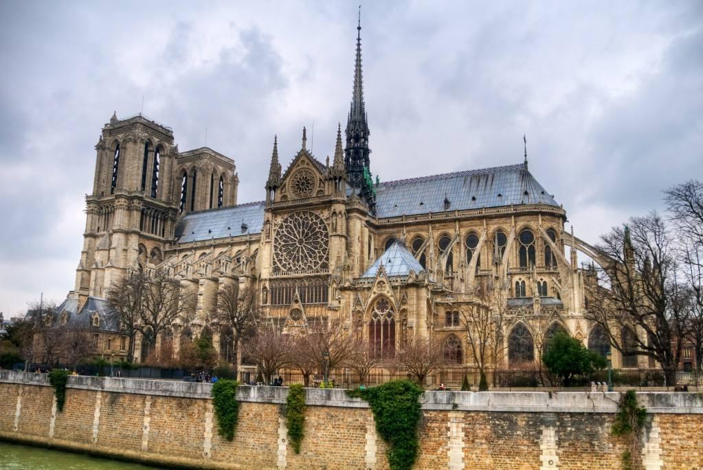 无人机助扑灭巴黎圣母院大火