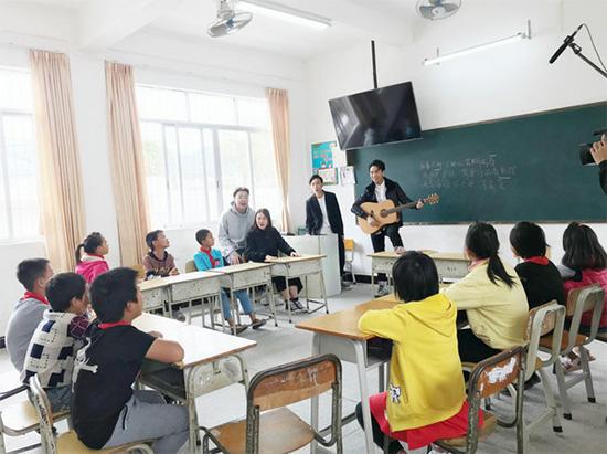 陈乐基助力公益一直在路上 教师出身再做老师