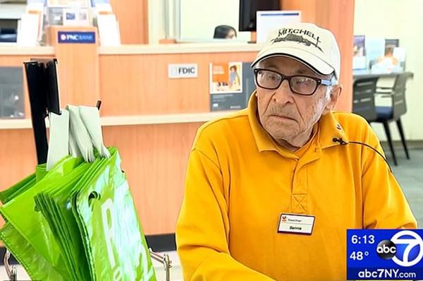 """97岁二战老兵坚持工作 称""""活到老,忙到老"""""""