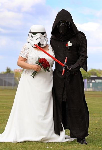 英国科幻迷夫妻在星战日结婚 上演反叛军之爱