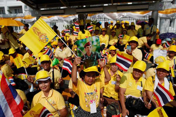 泰国国王将接受敬贺 民众聚集大王宫外