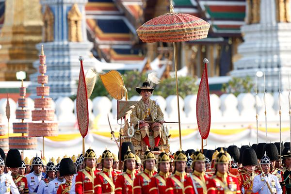 泰王加冕第二日:乘轿子巡游曼谷受民众朝拜