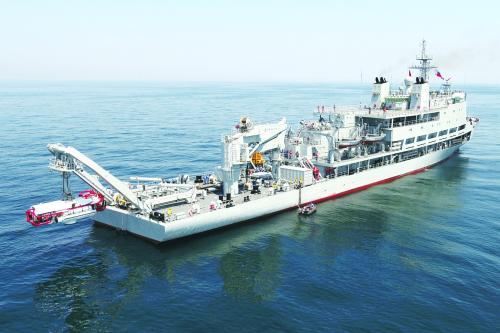 救生艇从救生船甲板后方出入海水。