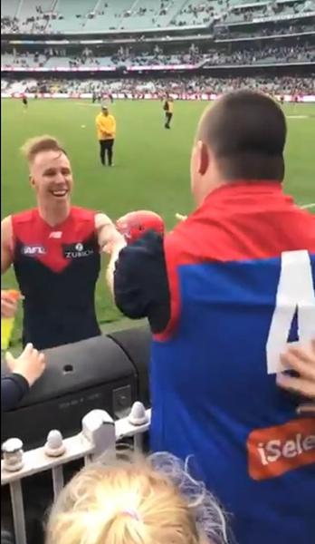 温馨!唐氏综合征球迷获橄榄球队员赠比赛用球