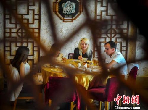 资料图片:外国人在享用中餐。