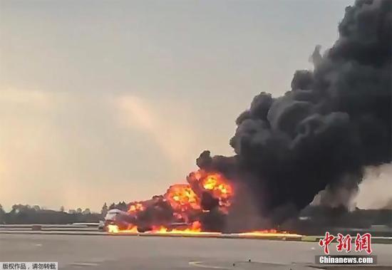 俄客机起火迫降至少41人遇难 乘客:闪电击中飞机图片