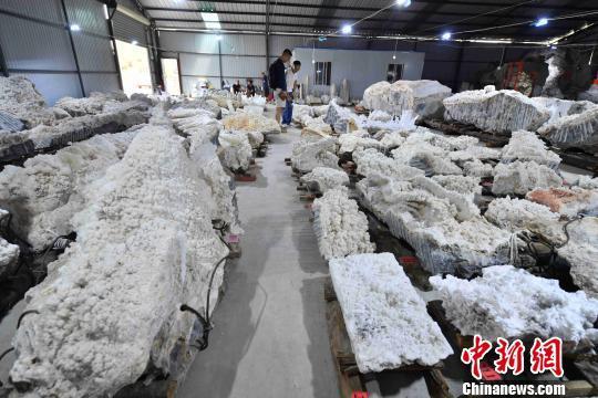 云南一矿场主收藏近千块矿物结晶石 最重一块达52.6吨