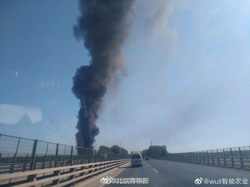 北京房山琉璃河一库房着火 燃烧物为PVC板材(图)