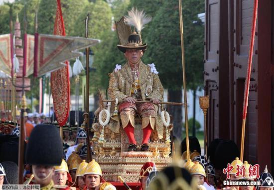 泰国国王加冕巡遊五小时 民众不畏高温守候观礼