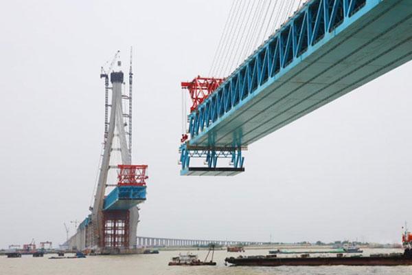 沪通长江大桥28号主墩钢梁架设长度达826米