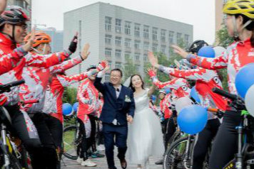 四川叙永:绿色环保的单车骑行婚礼获赞