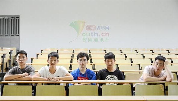 """武汉高校现""""学霸寝室"""":5男生考研全成功"""