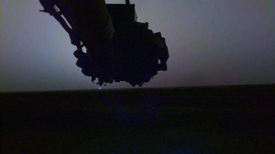 "NASA公布""洞察号""探测器拍摄的火星日出日落照"