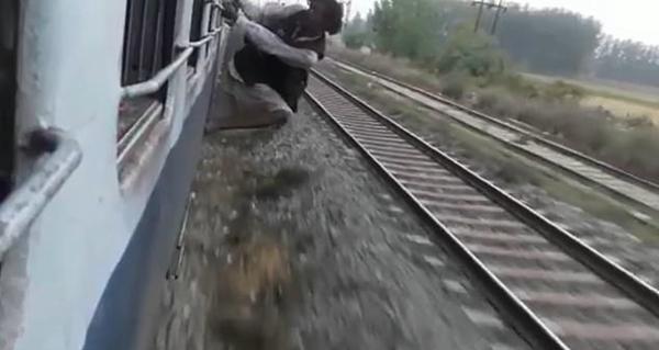 印胆大男子将身体悬挂火车外不听劝遭乘客群殴