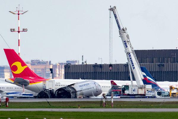 俄罗斯飞机迫降起火事故清理工作进行中