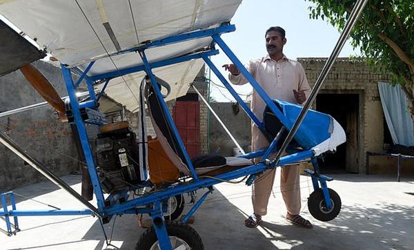 巴基斯坦爆米花小贩独自造出飞机受到空军赞扬