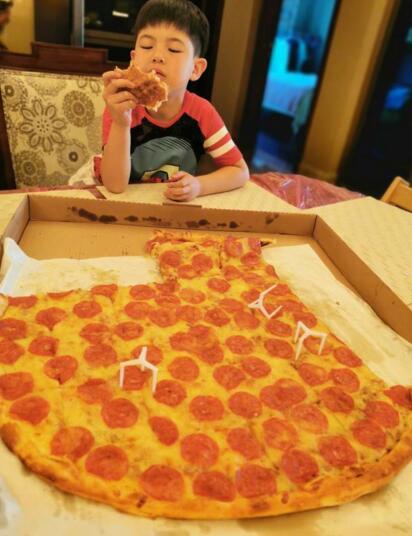 胡可晒儿子安吉吃披萨照片 享受的样子十分可爱