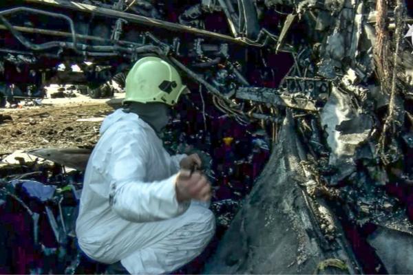 俄航失火客机黑匣子照片曝光 其中一个严重受损