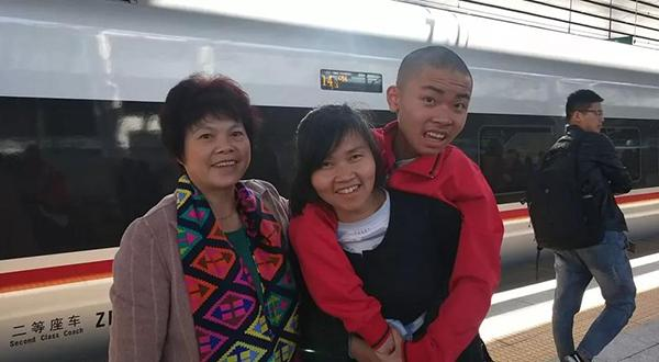 """长沙一母亲擦鞋养活""""渐冻""""儿子:不愿众筹,背他去北京圆梦"""