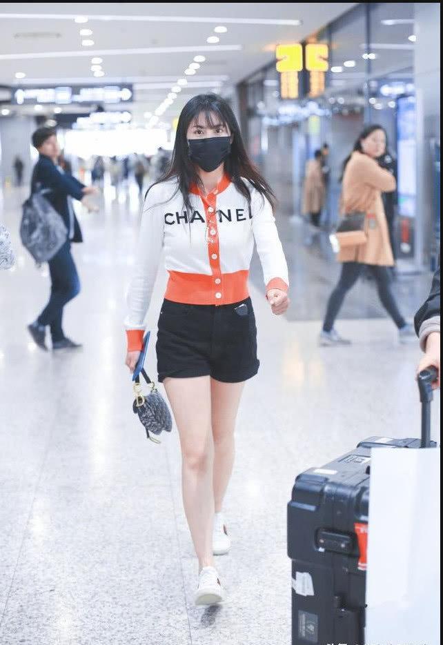 李艺彤身穿黑白红拼色外套内搭白橘色上衣现身 长发披肩打扮清新