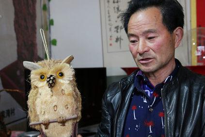 山村单身老人做工艺品开店 办好护照想出国看看