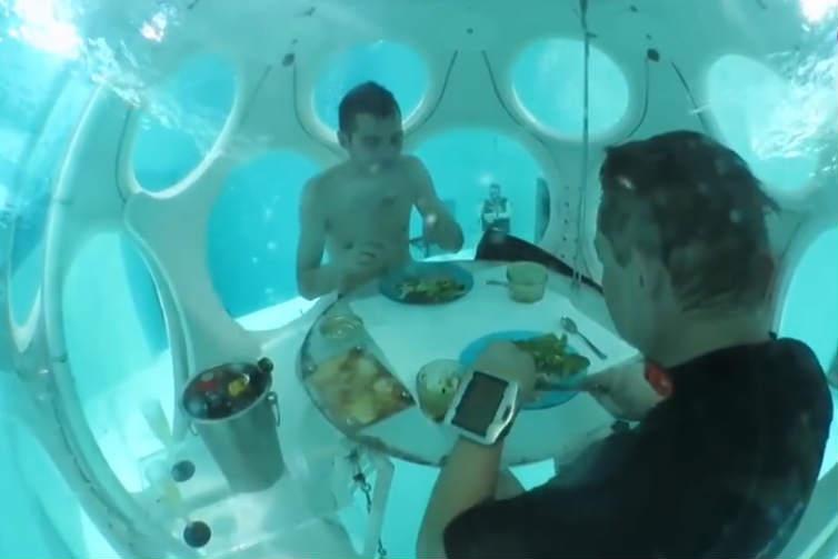 建在水下33米处的餐厅