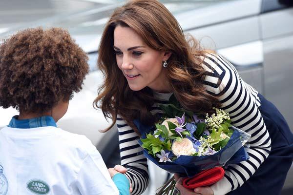 凯特王妃弯腰与萌娃对话