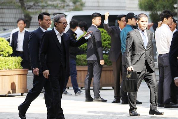 韩国前总统李明博赴首尔高等法院受审 面露微笑