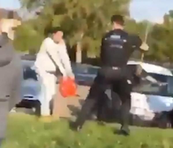 英国警察抓捕摩托车窃贼 遭顽固反抗被泼汽油