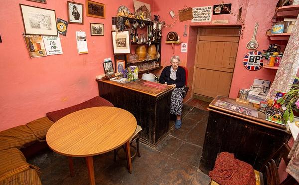 英国一98岁老妇人独自经营小酒吧获人们喜爱