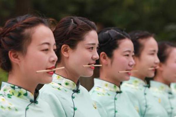 """江苏扬州瘦西湖导游练习微笑和礼仪 笑迎""""世界微笑日"""""""