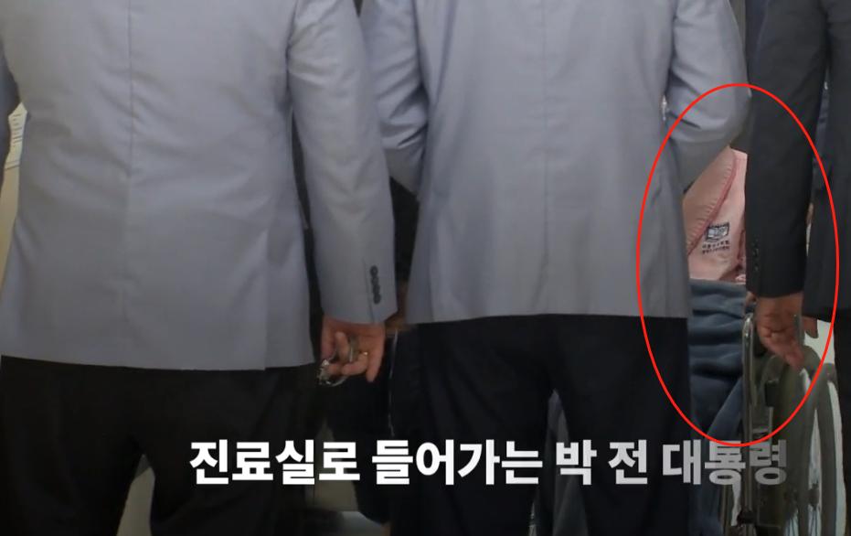 罕见!67岁朴槿惠穿粉色衣服现身医院被层层围住