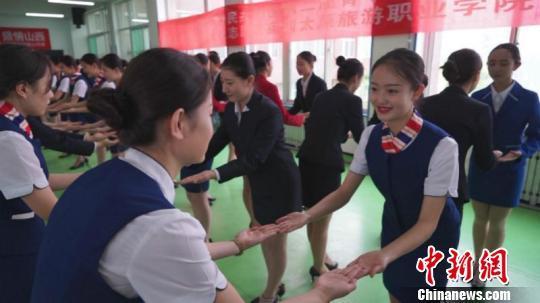 探访青运会礼仪训练日常:咬筷子腿夹纸 每天训练10小时