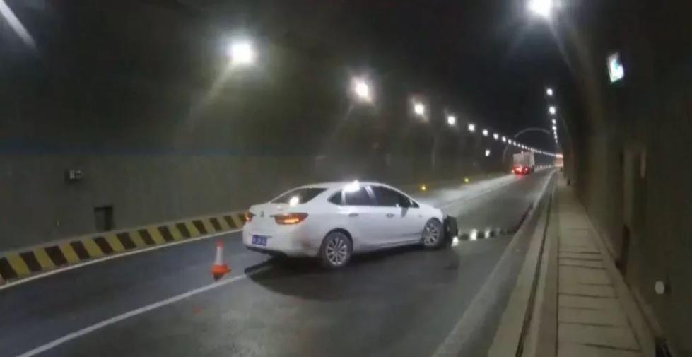 """男子疲劳驾驶冲撞高速隧道壁,称""""眼睛眨了下"""", 交警:谁不眨眼?"""