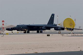 美派遣到中東的B52H真身露出 降落烏代德基地