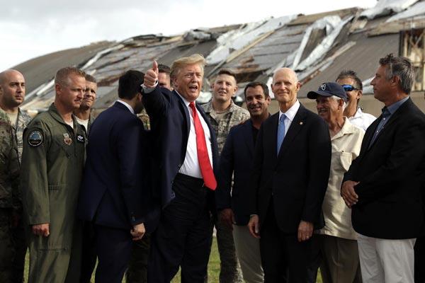 特朗普视察曾遭飓风重创空军基地 竖大拇指心情不错