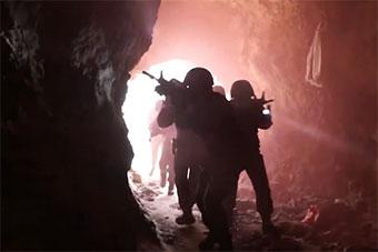 西藏武警反恐特戰隊高原演練 突襲假想敵山洞