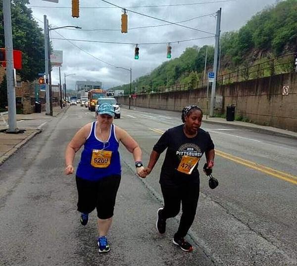 最强队友!两名陌生选手手拉手跑完马拉松比赛