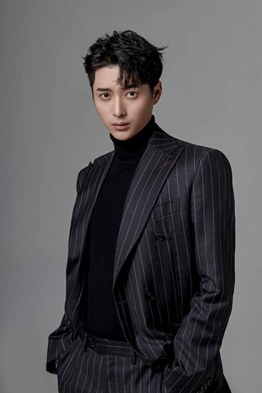 韩承羽最新写真曝光 黑色西装彰显型男气质