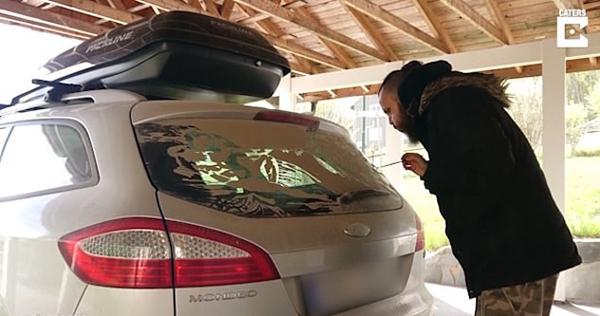 创意!纹身艺术家脏车窗上临摹米开朗基罗画作