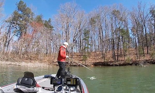 美国一男子钓鱼时鱼线断裂 纵身跳湖生擒鲈鱼