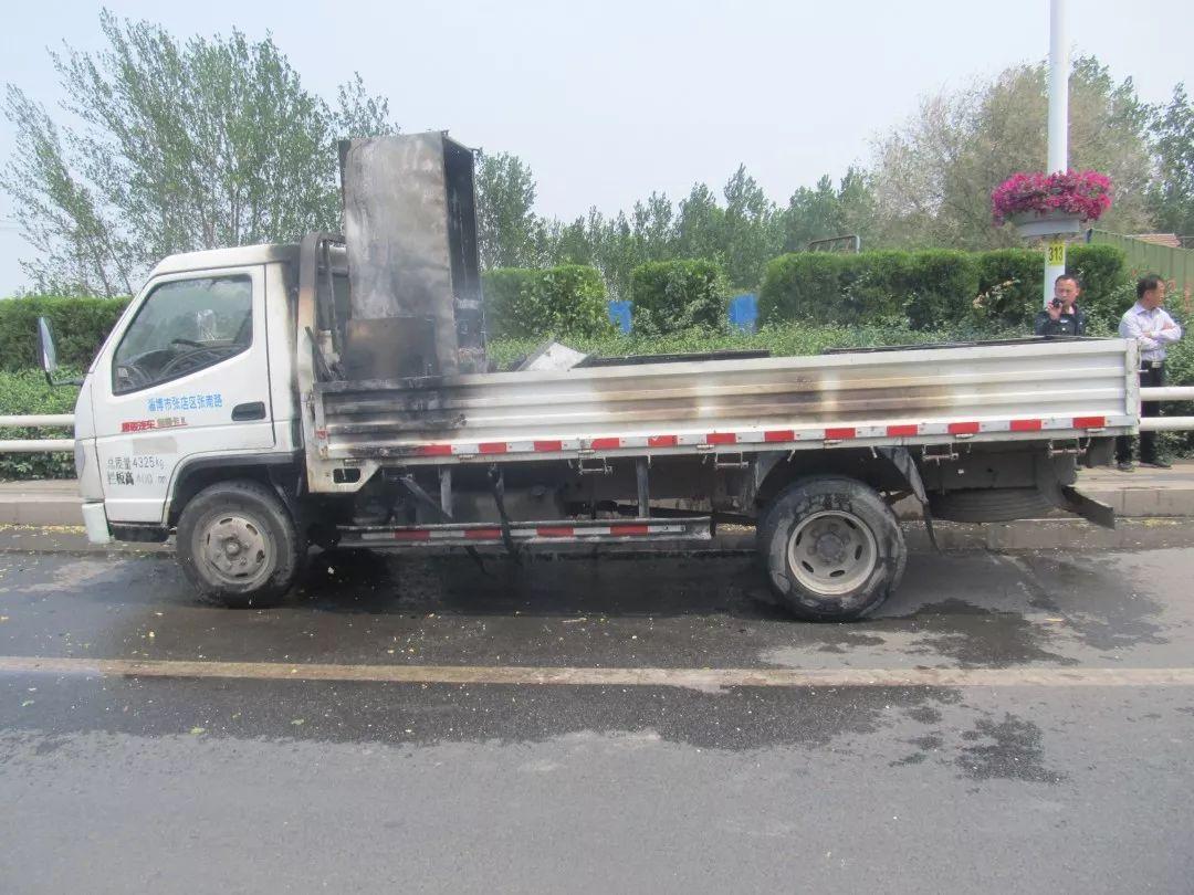 山东高青县一小货车起火 民警与消防合力扑灭