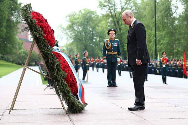 俄罗斯胜利日 普京向无名烈士墓献花