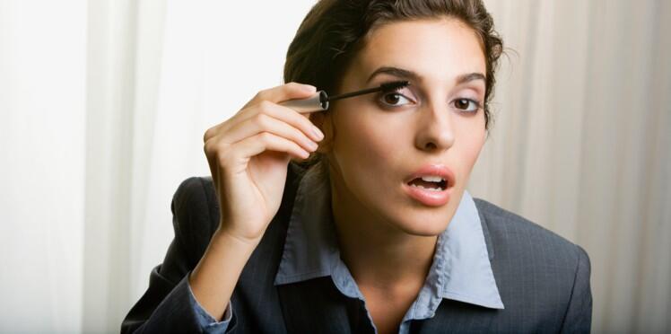 为什么女生刷睫毛膏时嘴巴会张开?