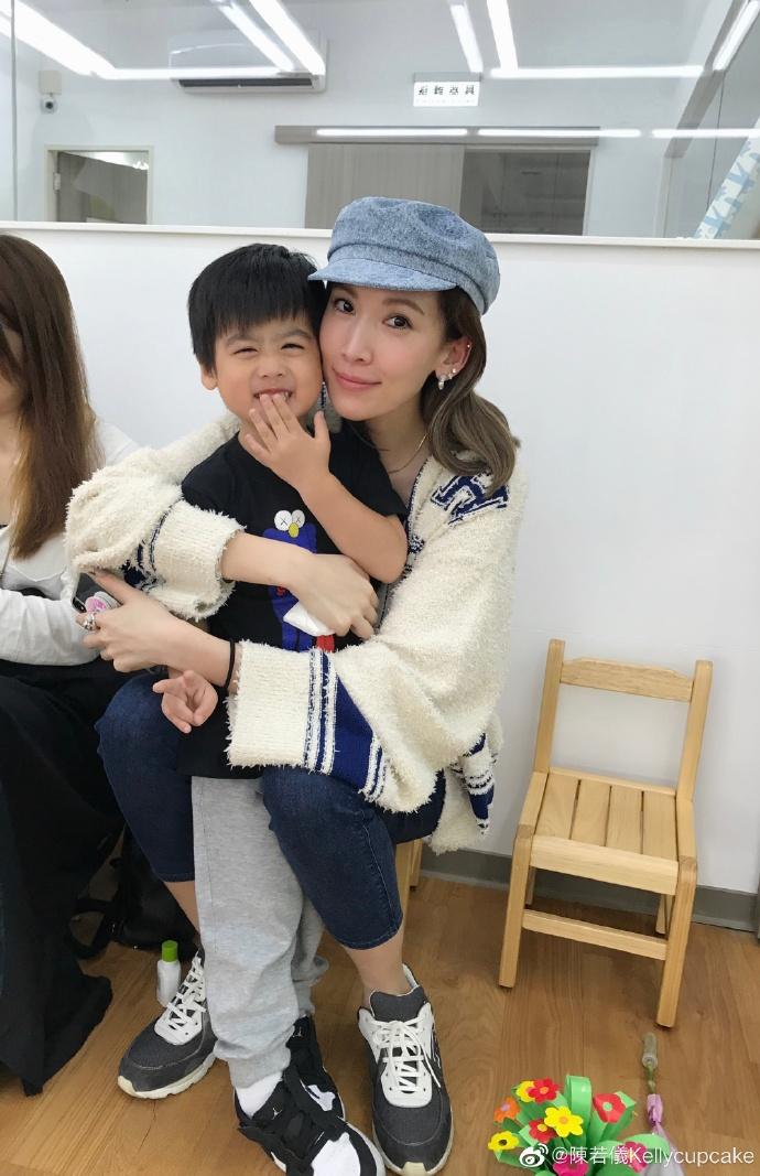 林志颖娇妻到学校过母亲节 获儿子按摩脚部很感动