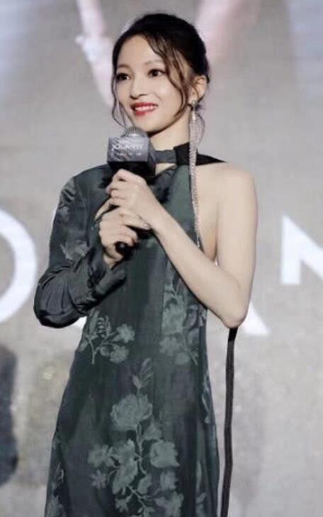 """""""电眼娃娃""""张韶涵身穿旗袍现身,模样温婉可人!"""