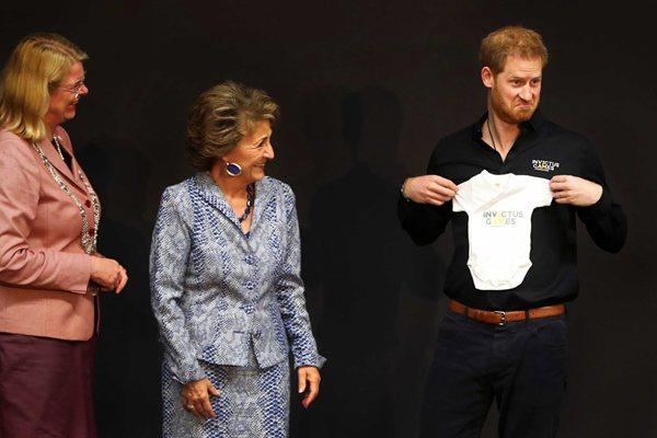 新晋奶爸哈里王子访荷兰 获赠宝宝衣服乐到合不拢嘴