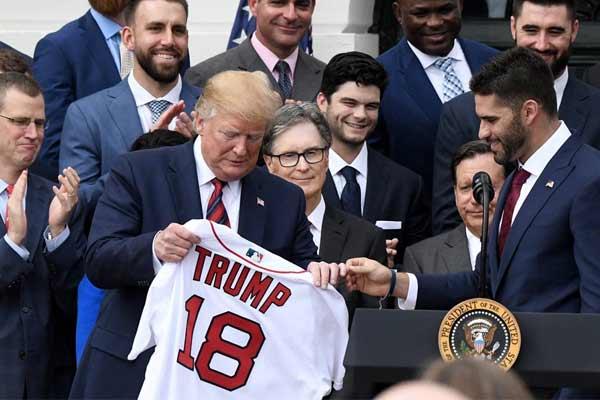 特朗普接见美职棒世界大赛冠军球队 获赠球衣喜笑颜开